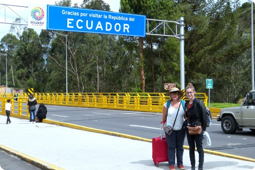 Maman et moi devant le panneau de passage de la frontière Equateur - Colombie