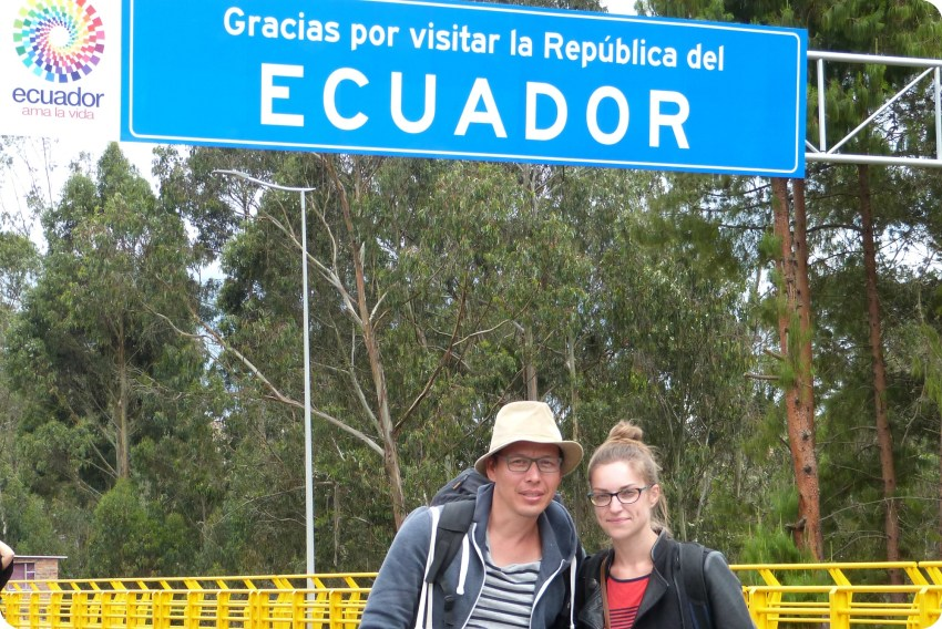 Charles y yo delante del carte del paso de la frontera Ecuador - Colombia