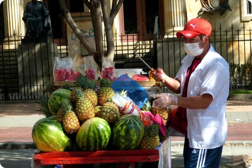 vendedor de piñas y de sandías en una calle de Bogotá