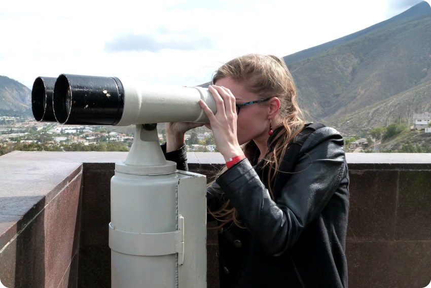 binoculares en la cima del monumento de la Mitad del Mundo de Quito