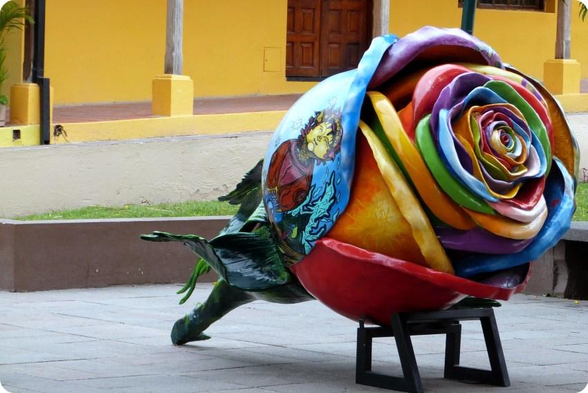 Sculpture d'une fleur à la Mitad del Mundo de Quito