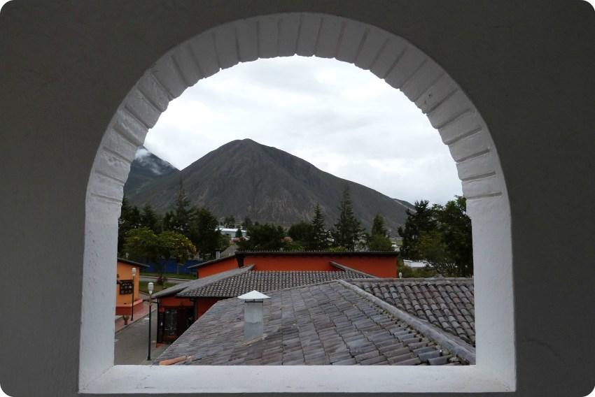 vista de la montaña desde una ventana de la iglesia de la Mitad del Mundo de Quito