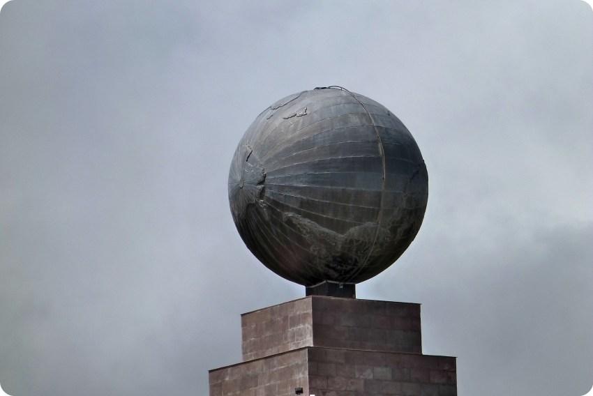 tierra en la cima del monumento de la Mitad del Mundo de Quito