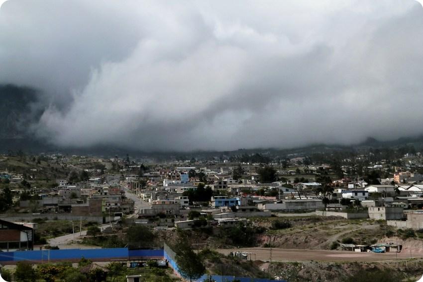Nubes en la Mitad del Mundo de Quito