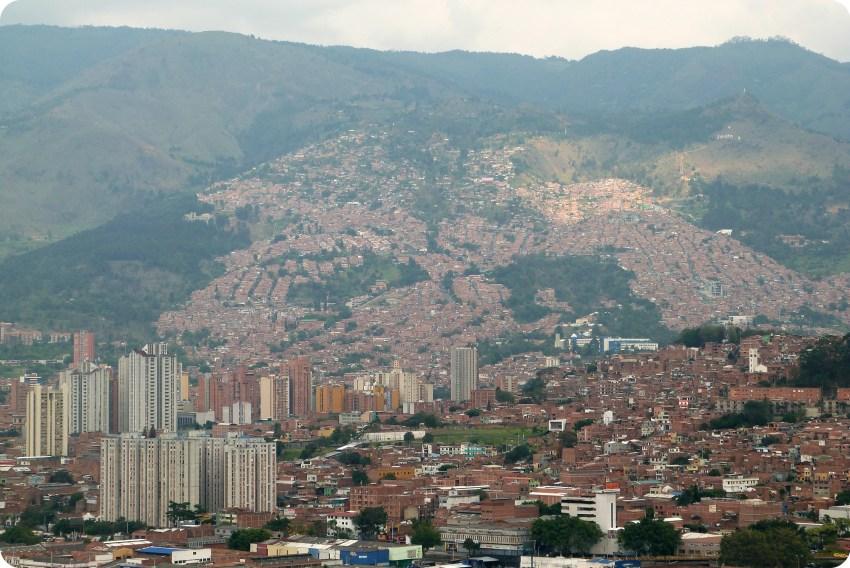 vista de la montaña desde el Pueblito Paisa de Medellín