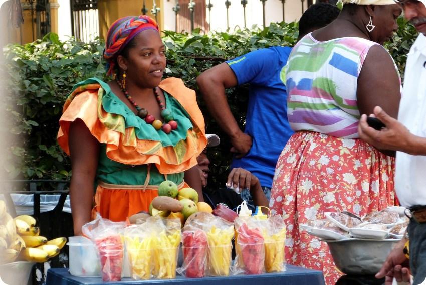 vendeuse de fruits découpés prêts à consommer dans le centre de Carthagène