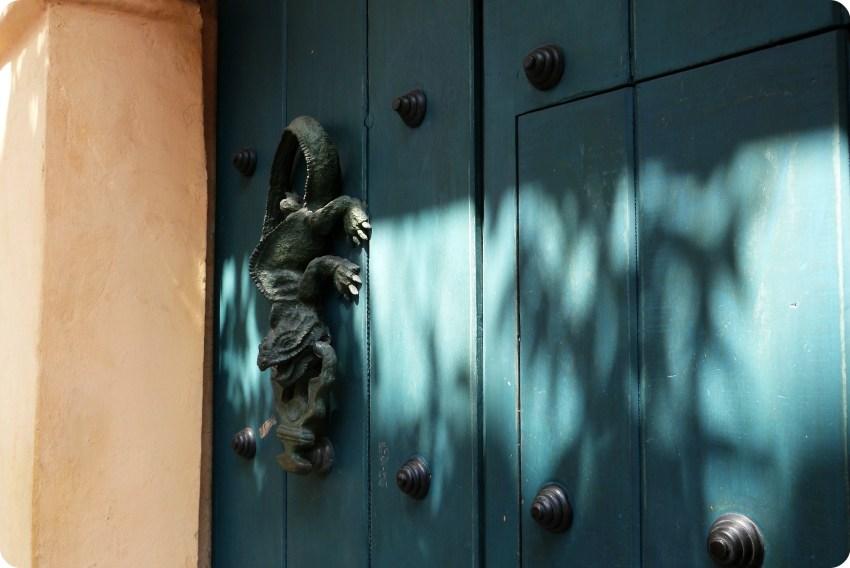 aldaba en forma de salamandra en una puerta de madera azul de Cartagena
