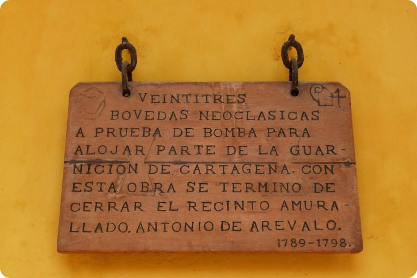 Vieux panneau en bois avec des explications gravées à propos de la construction des voûtes entourant la ville de Carthagène