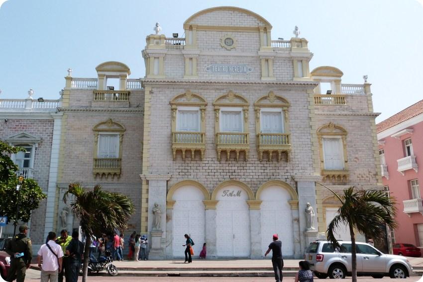 imponente teatro de color blanco y amarillo en Cartagena