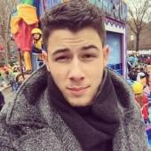 Nick-Jonas-snapped-selfie-from-Macy-Thanksgiving-Day-Parade.jpg
