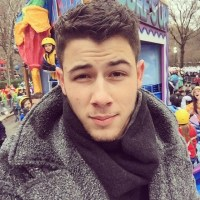 Nick-Jonas-snapped-selfie-from-Macy-Thanksgiving-Day-Parade.jpg