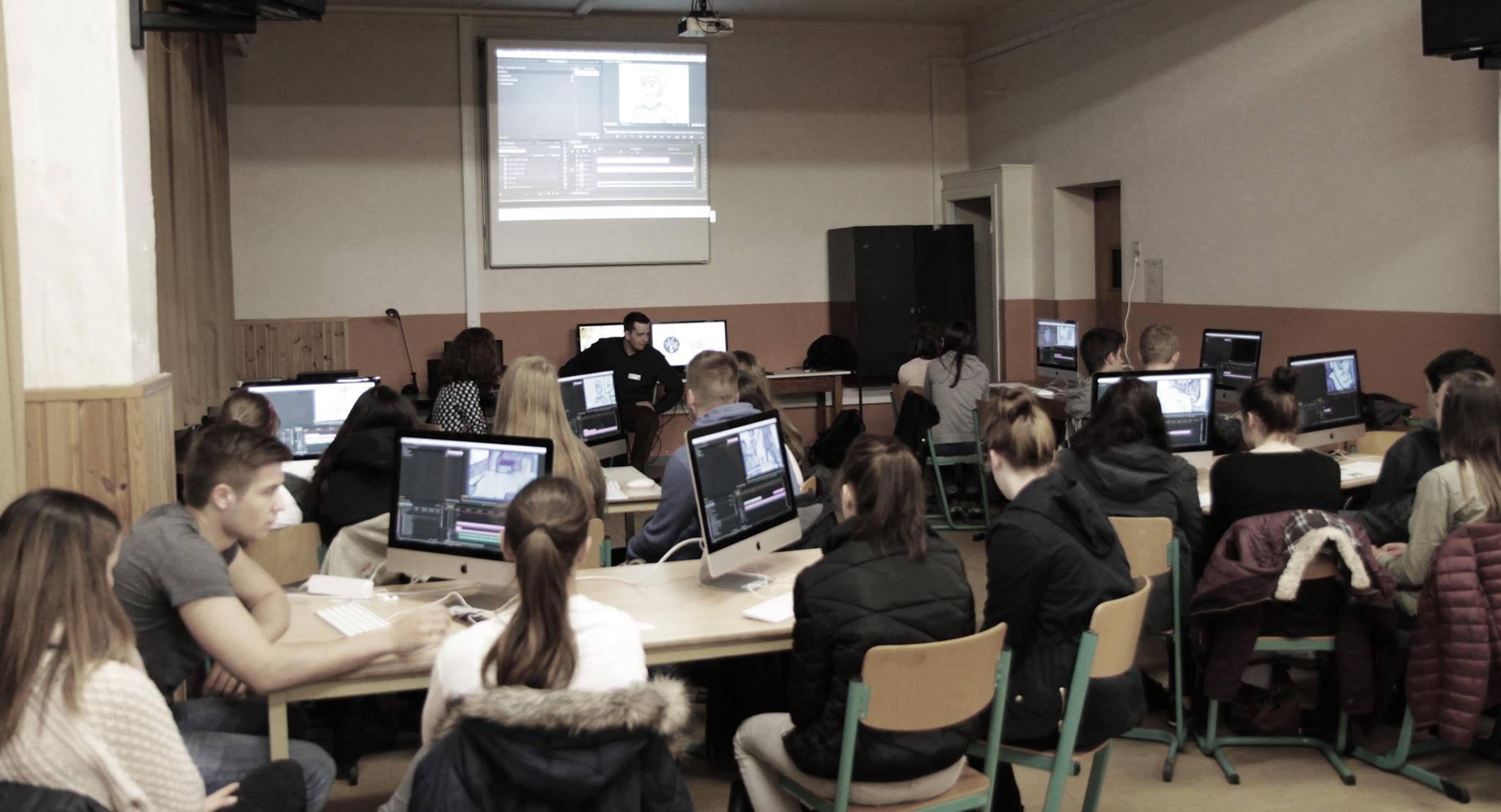 Workshop des Instituts für digitales Lernen mit einer Klasse im Töpfereimuseum