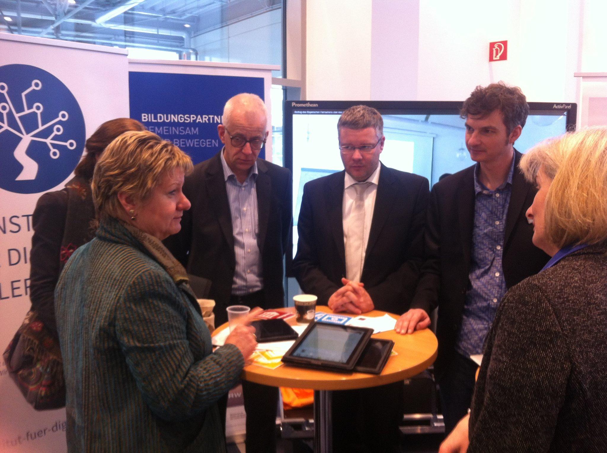 Ministerin Löhrmann begutachtet des mBook des Instituts für digitales Lernen