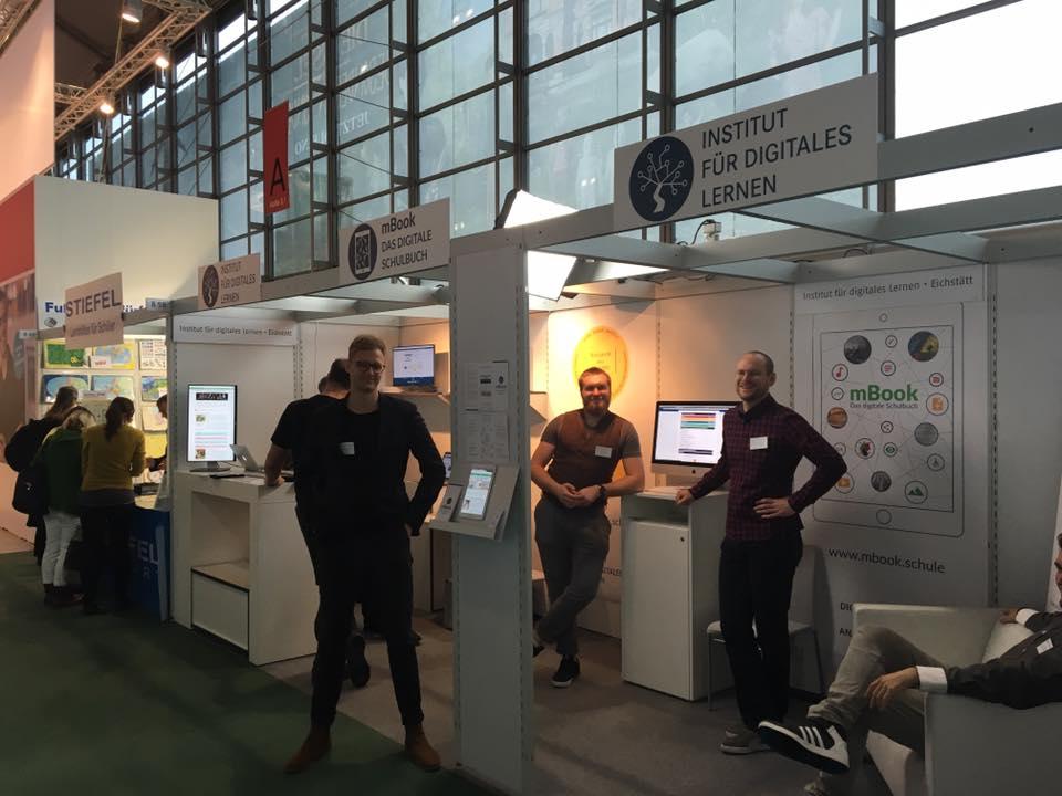 Das Team vom Institut für digitales Lernen an ihrem Stand auf der Frankfurter Buchmesse