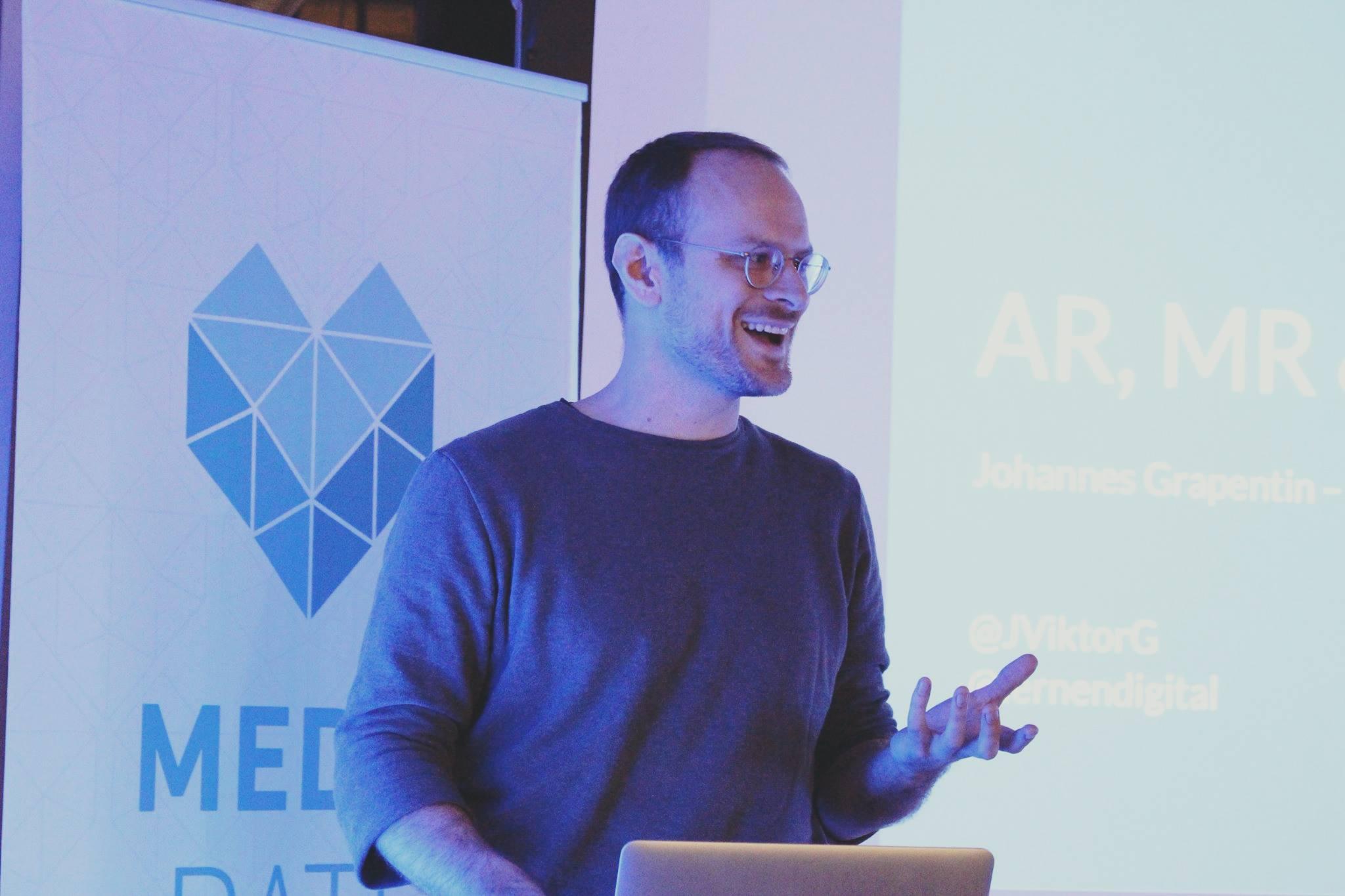 Johannes Grapentin vom Institut für digitales Lernen hält einen Vortrag über AR, VR und MR