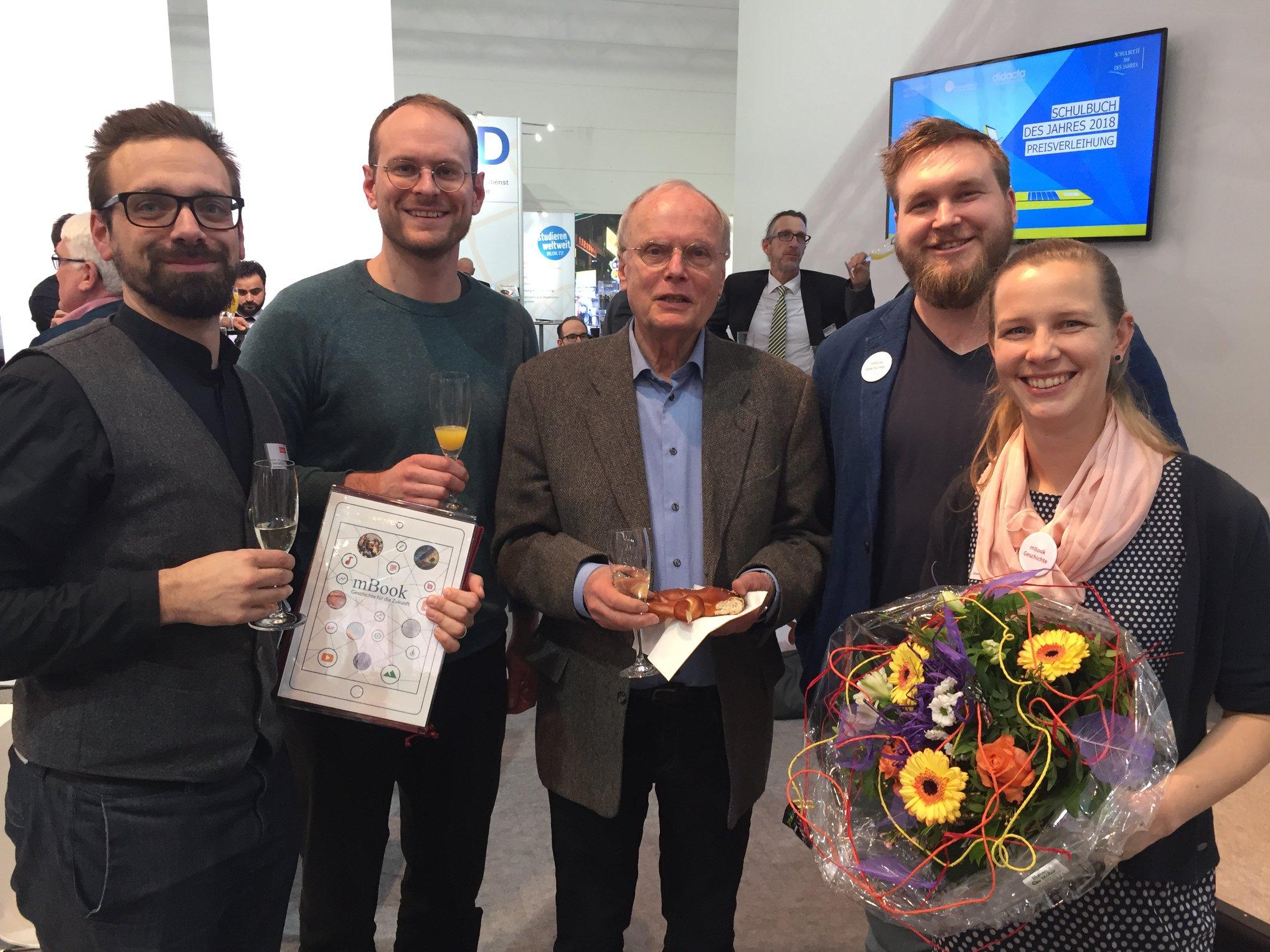 Das Team des Institut für digitales Lernen nimmt den Schulbuchpreis entgegen