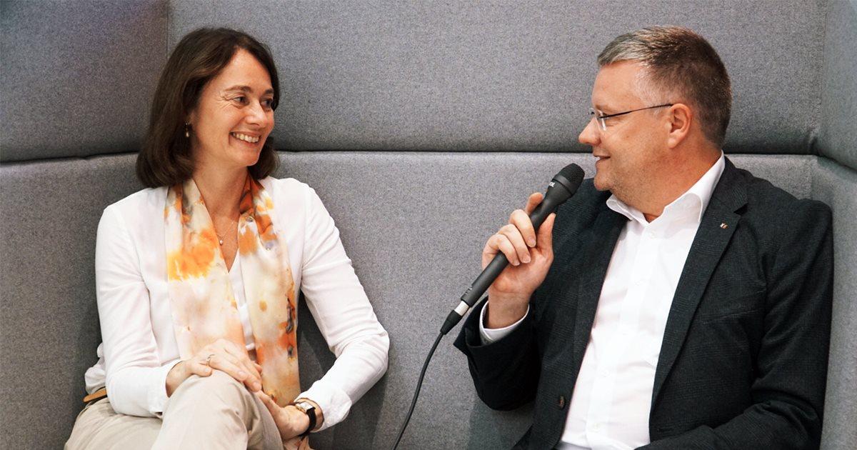Marcus Ventzke vom Institut für digitales Lernen im Gespräch mit SPD-Politikerin und Bundesjustizministerin Katarina Barley
