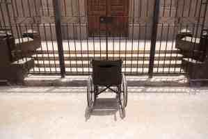 Falta de Accesibilidad para silla de ruedas en acceso a iglesia