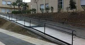 Ejemplo de una rampa accesible para todos