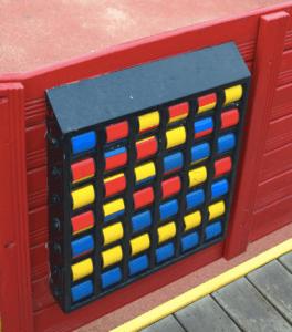 Juegos sensoriales para niños con discapacidad en parques accesibles