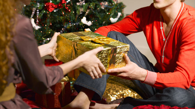 gty_couple_exchanging_gifts_thg_111206_wmain