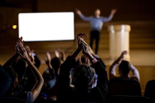 palestrando sendo aplaudido