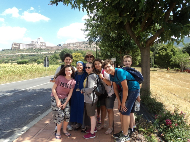 Youth Pilgrimage with two sisters of the Servants of the Lord and the Virgin of Matará (SSVM - IVE) in Assisi