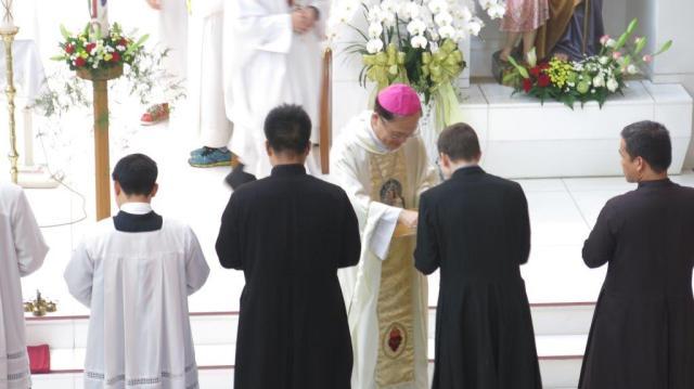 Monseñor Martin Su entregando las cruces misioneras - Wufeng