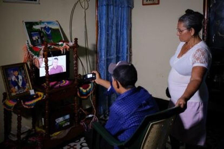 Socorro Leiva assiste ao noticiário que fala sobre a filha.