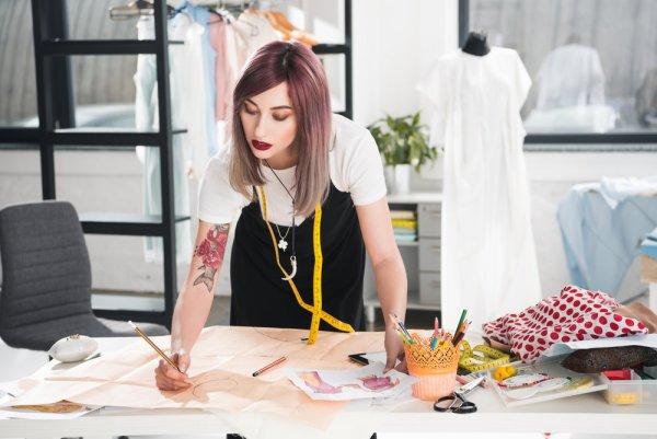 diseñadora creando