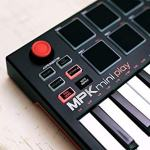 Akai Professional MPK Mini Play – Compact Keyboard and Pad Controller with Integrated Sound Module + Cable + 4-Port USB + Pack of Cable Ties 3