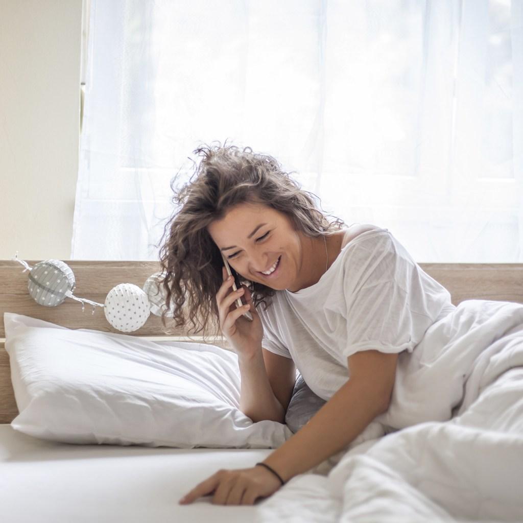 ¿Despiertas y enseguida ves tu celular? Esto sucede en tu cerebro