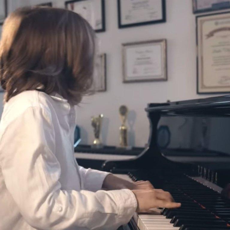 Este niño compuso el 'Vals del Aislamiento' para apoyar a los que sufren