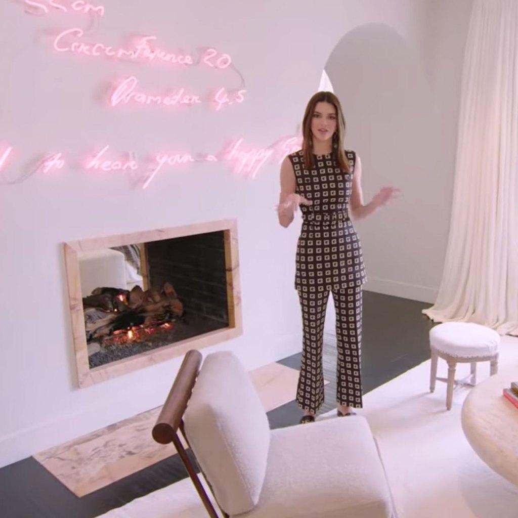 La mansión de Kendall Jenner: Una tina dorada, letreros neón, un estudio de pintura