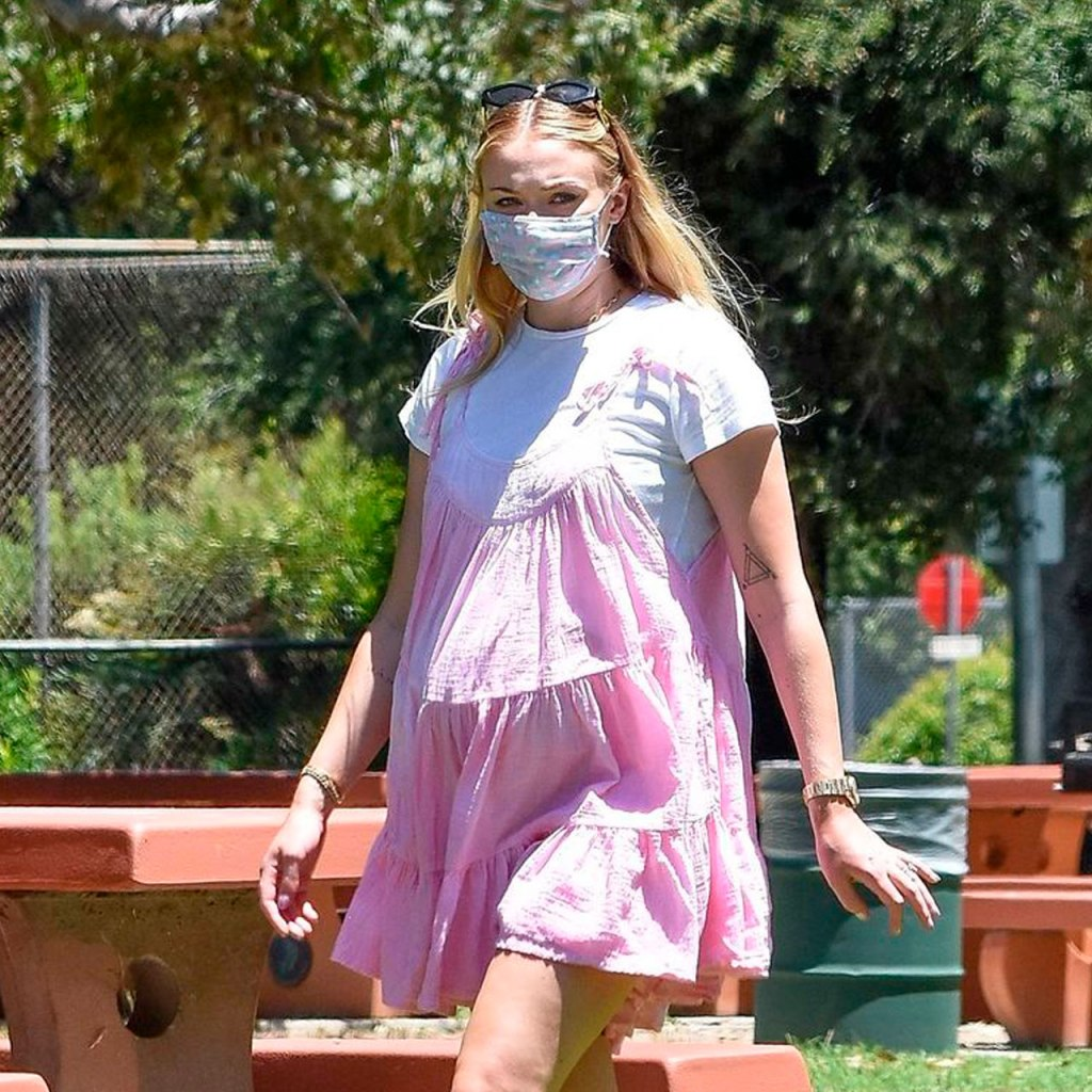 Sophie Turner presume su baby bump con el mini vestido rosa perfecto