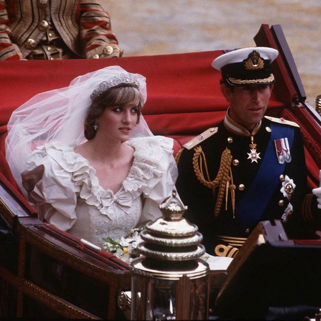 """La princesa Diana dijo que """"dar la mano"""" fue lo único que el príncipe Carlos aprendió sobre el amor"""