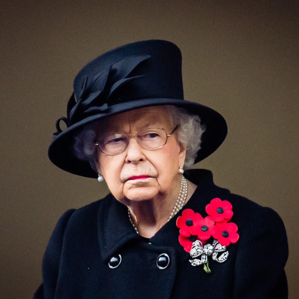 Tras las críticas, la reina Isabel usa cubrebocas en público por primera vez