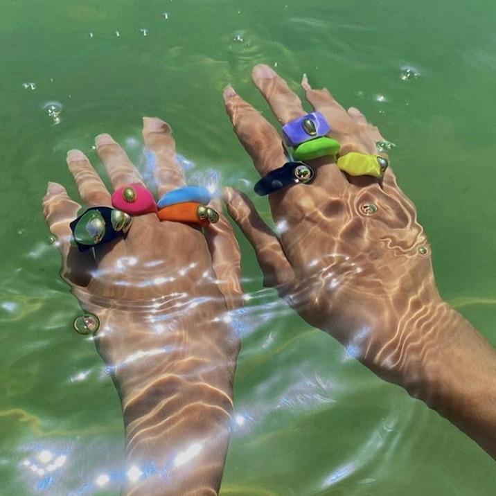 Los anillos de plástico que son el nuevo must de Dua Lipa y Bella Hadid