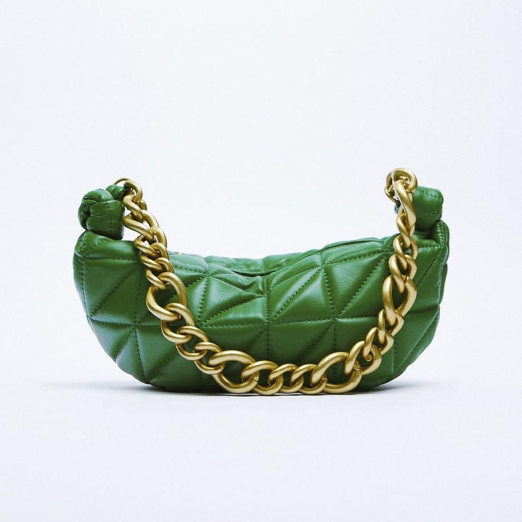 Los mejores outfits de Hailey Bieber con bolsa verde