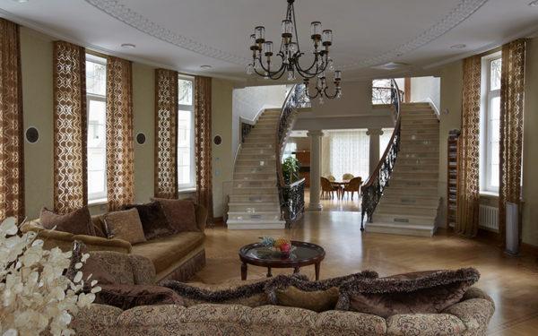 дизайн гостиной с лестницей на второй этаж 2