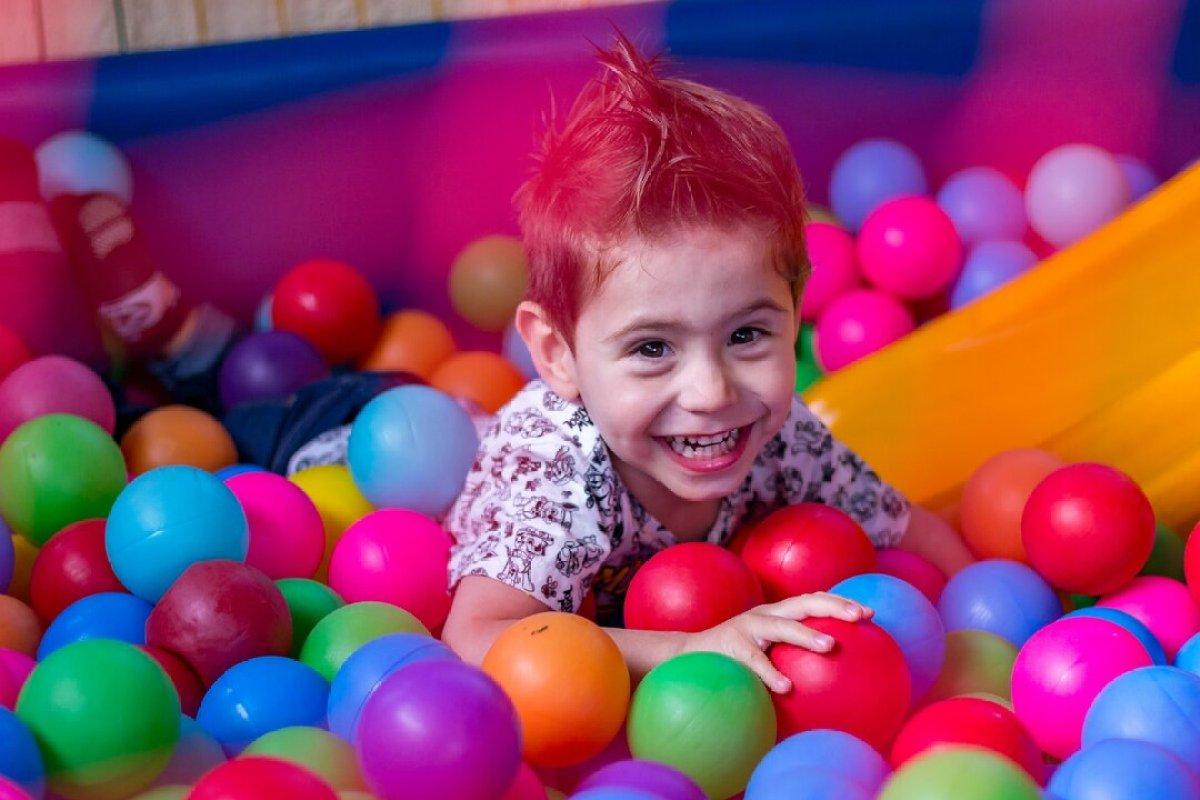 o que fazer com as crianças nas férias escolares - piscina de bolinhas