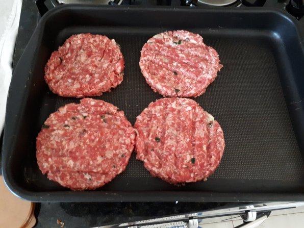 Hambúrguer caseiro saudável - hambúrgueres no tabuleiro