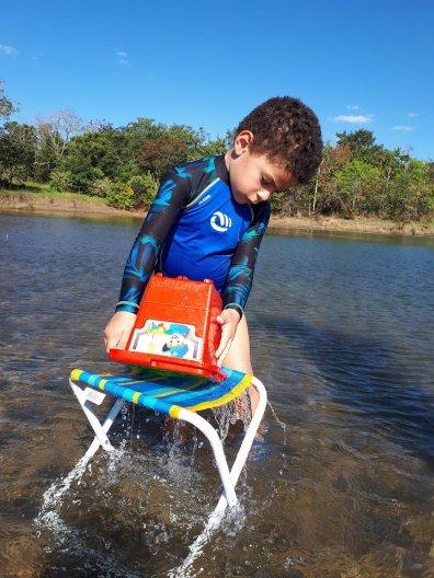 Passeio no lago corumbá IV-Estevao brincando com água 2