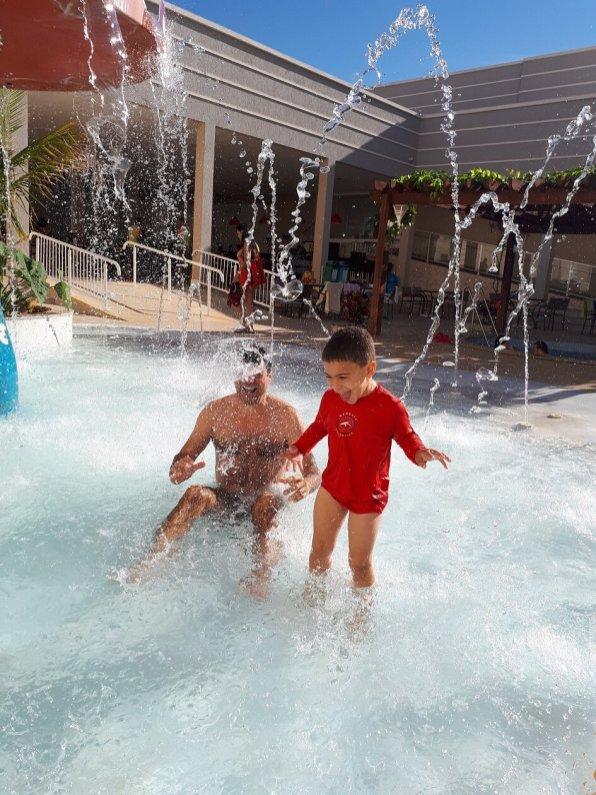 Jatos de água na piscina infantil do resort Encontro das águas