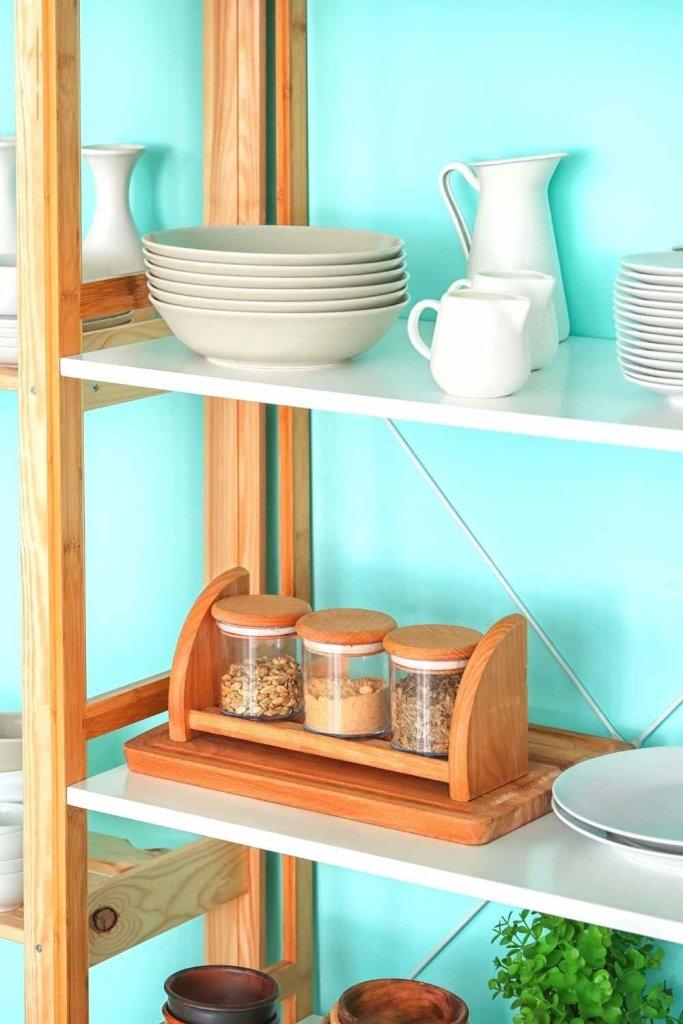 decoração de cozinha com prateleiras 17