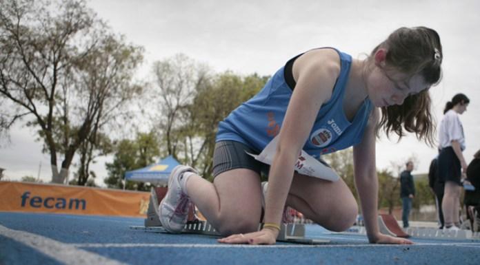 Mujer preparándose para correr una carrera