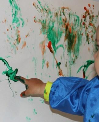 Niño pintando con los dedos