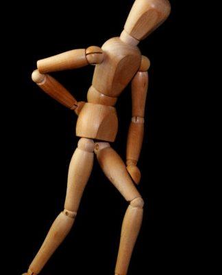 Hombre de madera atajándose la espalda