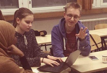 Eleverna skriver en berättelse som de senare presenterar.