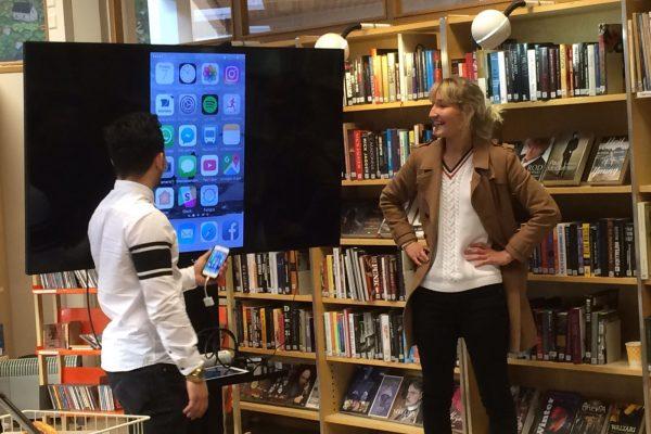 Under kompetensveckan får ungdomarna också dela med sig av sin kunskap. Hur fungerar Reseplanerar-appen, Elli och Halil?